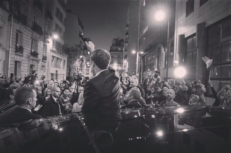 Emmanuel Macron en noir et blanc salue la foule